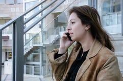 Affärskvinna som talar på mobiltelefonen Arkivfoto