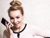 Affärskvinna som talar på mobiltelefonsmartphonen Royaltyfria Bilder