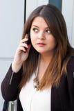 Affärskvinna som talar på telefonen Fotografering för Bildbyråer