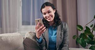 Affärskvinna som talar till och med den videopd appellen på mobiltelefonen arkivfilmer