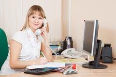 Affärskvinna som talar vid telefonen royaltyfria bilder