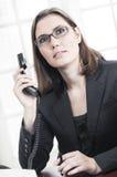 Affärskvinna som taling på telefonen Arkivfoto