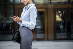 Affärskvinna som texting på henne telefonen Royaltyfria Bilder