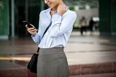 Affärskvinna som texting på henne telefonen Royaltyfria Foton
