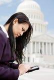 Affärskvinna som texting Washington Arkivfoton