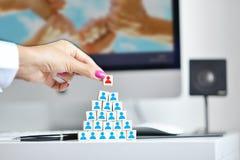 Affärskvinna som tillfogar den sista laganställd eller ledaren i en ny struktur eller organisation arkivbild