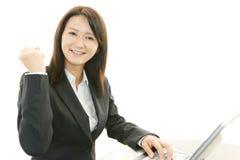 Affärskvinna som tycker om framgång Royaltyfri Fotografi