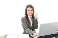 Affärskvinna som tycker om framgång Arkivbilder