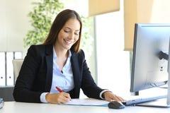 Affärskvinna som undertecknar ett avtal arkivfoto