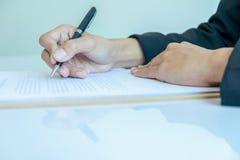 Affärskvinna som undertecknar ett avtal (den selektiva fokusen) Arkivfoto