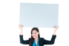 Affärskvinna som upp rymmer den blanka affischtavlan Arkivbild
