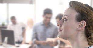 Affärskvinna som upp till ser himlen i upptaget kontor arkivbild