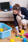Affärskvinna som upp väljer leksaker Royaltyfri Bild