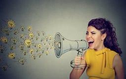 Affärskvinna som ut högt skriker hennes idéer i megafon Arkivbilder