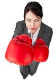 affärskvinna som ut kontrollerar konkurrens Arkivfoton