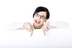 Affärskvinna som visar den blanka signboarden Arkivfoto