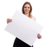 Affärskvinna som visar ett ark för tomt papper fotografering för bildbyråer