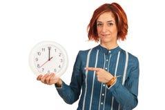 Affärskvinna som visar till tid tolv Arkivfoton