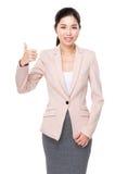Affärskvinna som visar upp tumen Royaltyfria Foton
