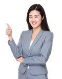 Affärskvinna som visar upp tumen Arkivfoton
