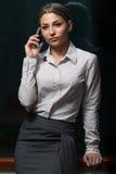 Affärskvinna Talking On Telephone i regeringsställning Fotografering för Bildbyråer