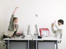 Affärskvinna Throwing Paper Ball på den manliga ledaren Arkivfoton