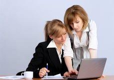 affärskvinna tillsammans två som fungerar arkivfoto