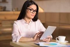 Affärskvinna Using Digital Tablet i kafé arkivbilder