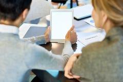 Affärskvinna Using Digital Tablet i möte arkivbilder