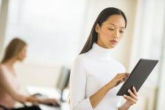 Affärskvinna Using Digital Tablet i regeringsställning Royaltyfri Fotografi