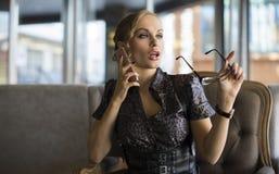Affärskvinna Using Phone Working i coffee shop Fotografering för Bildbyråer