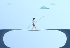Affärskvinna Walk Over Cliff Gap Mountain Business Woman som balanserar träpinnebron Royaltyfri Bild