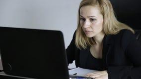 Affärskvinna Working On Laptop i regeringsställning Arbete på en crypto börs arkivfilmer