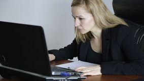 Affärskvinna Working On Laptop i regeringsställning Arbete på en crypto börs stock video