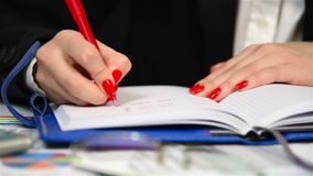 Affärskvinna Writing In Diary stock video