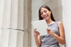 Affärskvinnaadvokat som använder den digitala minnestavlan app Royaltyfria Bilder