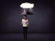 Affärskvinnaanseende med paraplyet och det lilla stormmolnet Arkivfoto