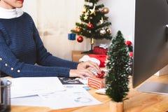Affärskvinnaarbete i julferie på kontoret arkivfoto