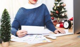 Affärskvinnaarbete i julferie på kontoret royaltyfri bild