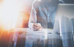 Affärskvinnaarbeteprocess på det moderna kontoret Kontochef som arbetar på trätabellen med pappers- dokument double arkivfoto