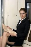 affärskvinnaavläsning royaltyfria foton