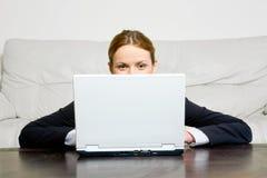 affärskvinnabärbar dator Royaltyfri Foto