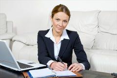 affärskvinnabärbar dator Arkivbild