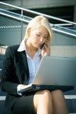 affärskvinnabärbar datorbarn arkivbild