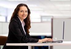 affärskvinnabärbar datorworking royaltyfri bild