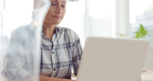 affärskvinnabärbar datorworking arkivfilmer