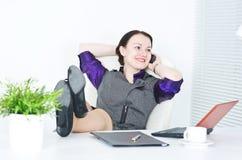 affärskvinnaben phone tabellsamtal Arkivfoton