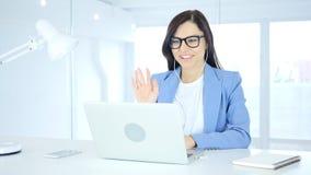 AffärskvinnaBusy Online Video pratstund på bärbara datorn på arbete Royaltyfria Bilder