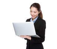 Affärskvinnabyte på bärbara datorn Arkivfoton