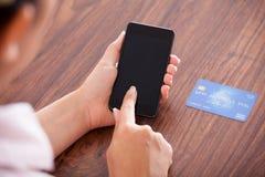 Affärskvinnadanandebetalning på mobiltelefonen arkivfoto